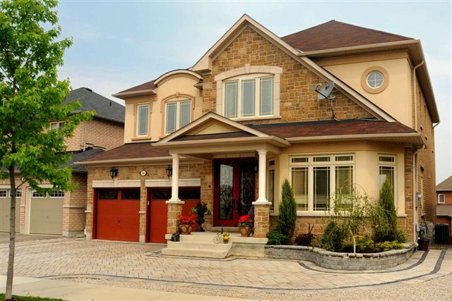 Sold For $825,000 54 Nicklaus Dr. Aurora, Ontario Building Type : Detached Bedrooms : 5+1 Bathrooms : 5 Newmarket Real Estate 97% Of List Highest Sale On Street(To Date Of Sale)