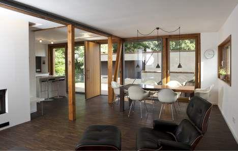 Mittelpunkt: Die Haustür wurde an den Südgiebel verlegt. Tür auf und schon steht man mitten im Familienleben - zwischen Küche, Ess- und Wohnbereich. An warmen Tagen zieht es aber alle nach draußen auf das Sonnendeck.