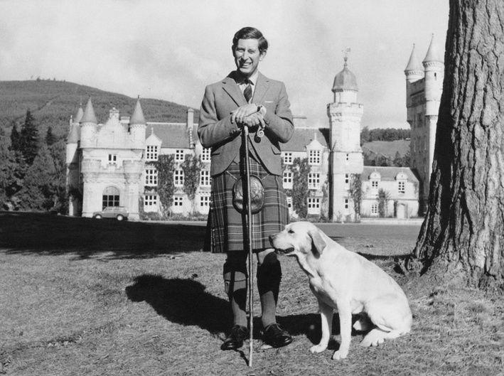 Prinz Charles feiert 1978 seinen 30. Geburtstag. Für das offizielle Foto posiert er im Kilt auf Balmoral.