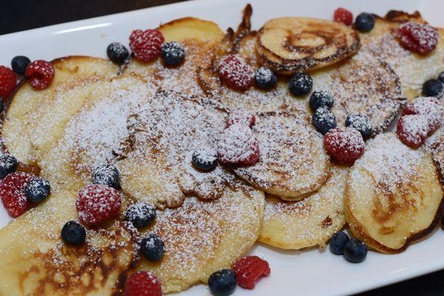 Hej igen!  Här får ni världens godaste recept på Amerikanska pannkakor. Eller American pancakes säger man kanske ;) 2 ½ dl vetemjöl 2 tsk bakpulver ½ tsk salt 1 tsk vaniljsocker 1 msk ...