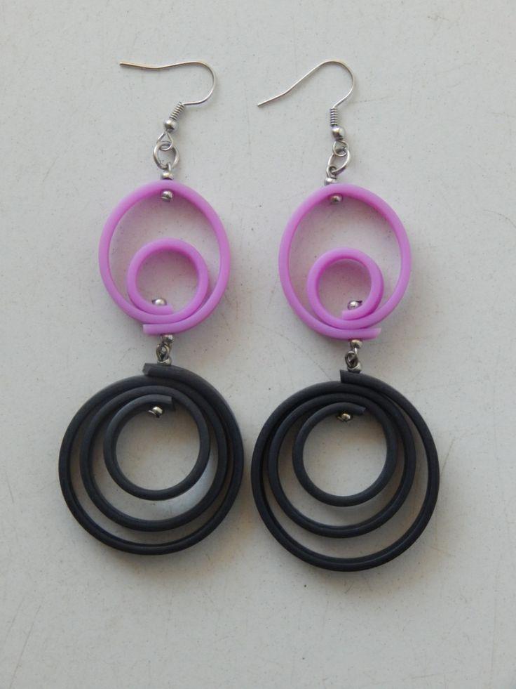 (89) σκουλαρίκια από δύο σπείρες καουτσούκ. Μια μαύρη και μια μώβ.