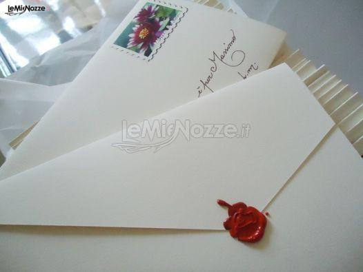 http://www.lemienozze.it/operatori-matrimonio/partecipazioni_e_tableau/fruitdamour-partecipazioni/media/foto/18 Partecipazioni di nozze classiche chiuse con la ceralacca.