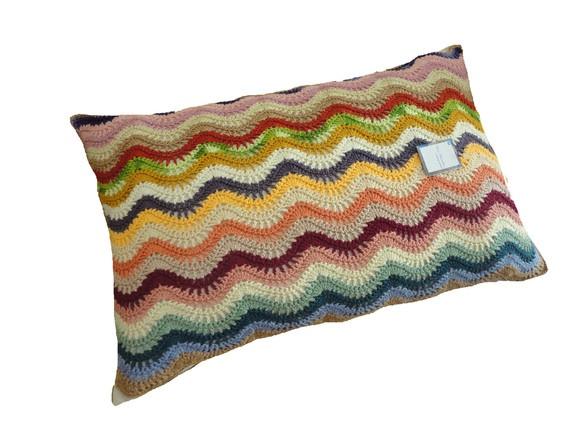 """Almofada de crochê da coleção de ondas multicoloridas, ao estilo """"Missoni""""."""