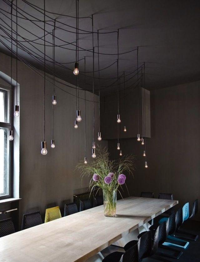 Une multitude d'ampoules et des murs chocolat, pour une décoration très mystérieuse