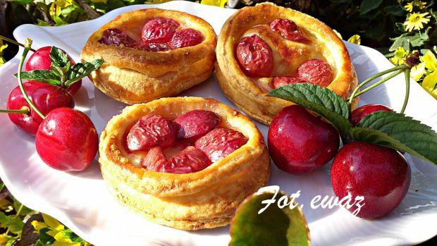Francuskie kółeczka z czereśniami. Smaczna przekąska na słodko.