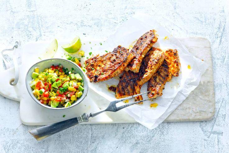 Speklapjes zijn echte klassiekers op de barbecue. Maak ze eens anders met picadillo en een lekkere salsa. - Recept - Allerhande