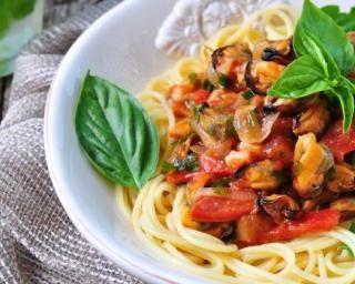 Spaghettis aux moules à la sauce poivron-tomates : http://www.fourchette-et-bikini.fr/recettes/recettes-minceur/spaghettis-aux-moules-la-sauce-poivron-tomates.html