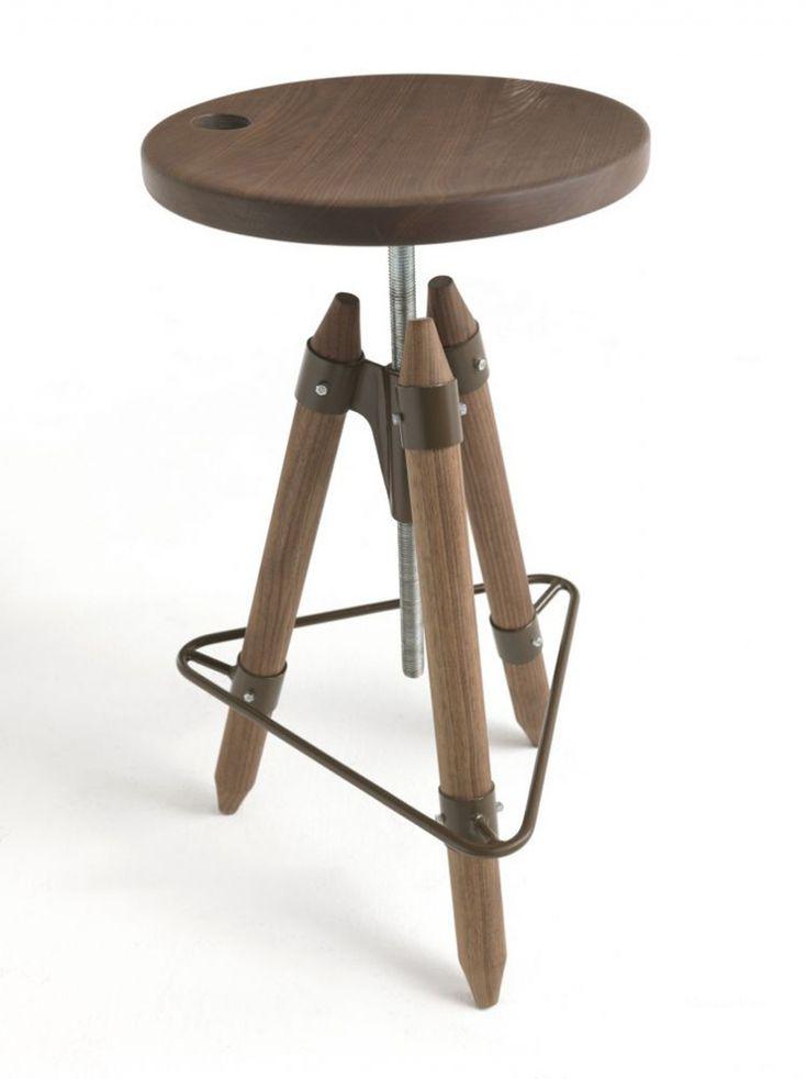 Стул Ello от итальянского производителя Riva 1920. Барный стул на трех ножках с круглым сиденьем. Модель изготовлена из натурального дерева с металлической подставкой для ног и механизмом регулирующим высоту сиденья. Доступны 7 видов древесины по каталогу производителя. Дизайн исполнен в современном стиле.