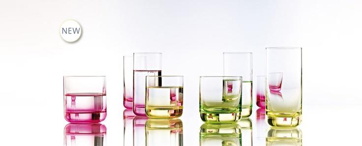 Spots Neo - barové sklenice v neonových barvách vyniknou ve tmě na podsvíceném stole