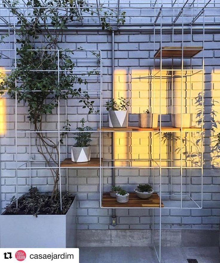 """#Repost @casaejardim ・・・ #olhomágicocj #gabriellaornaghi Outro projeto em parceria com a @casa14arquitetura. Aqui desenhamos esta estante verde que modula o jardim. Além de receber prateleiras com lindos vasos da @ola.gypso, ela serve de suporte para um jasmim-dos-açores crescer e criar uma """"marquise"""" vegetada. Foto @crisfarhat @gabriella_ornaghi_arq_paisagem #gabriella_ornaghi_arq_paisagem #gabriellaornaghi #paisagismo #landscapearchitecture #projetopaisagismo #arquiteturadapaisagem…"""