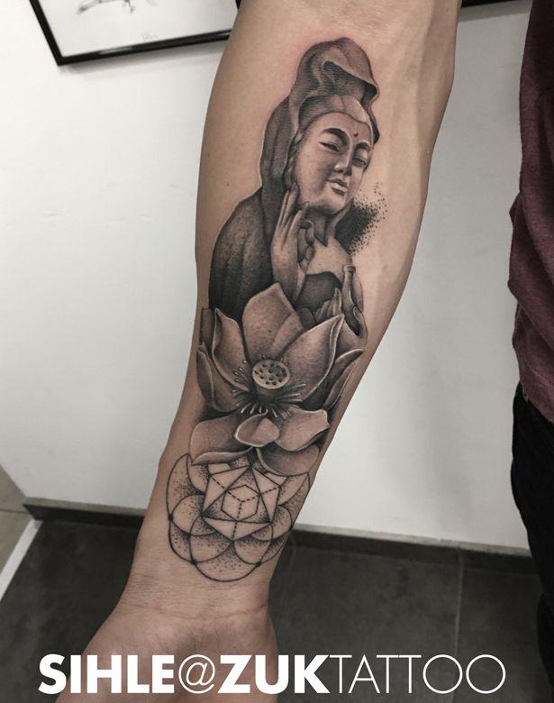 Tatuaje con un buda y una flor de loto.