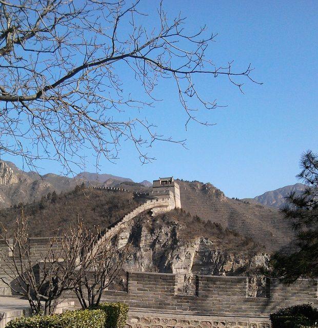 Gran Muralla 长城 (Beijing) Fue construida durante la dinastía Ming (1368 – 1644), cuenta con unas 600 kilómetros de longitud, 827 plataformas y 71 torretas, es uno de los trozos mejor conservados de China.