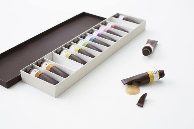 Il piacere di aprire una scatola di tempere, e trovarci dentro tutto il gusto del cioccolato, in aromi diversi. É questa l'idea che Nendo ha trovato per Seibu, il department store giapponese. Piacere per gli occhi e per la gola. Flavor-filled chocolate paint tubes by Nendo