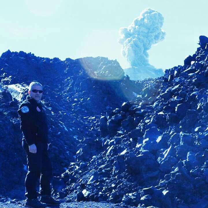 Testigo en primer plano. Pulso eruptivo del Volcán Chillán Nuevo. Desde el Valle de Shangri-la, Las Trancas, Chillán, VIII Región del Biobío, Chile.