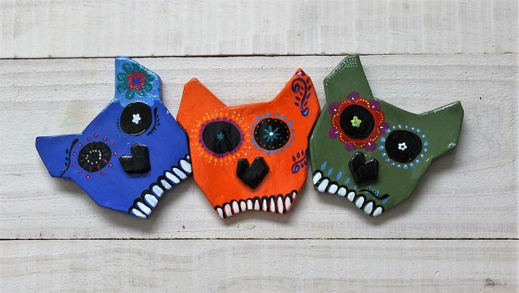 Gatos em cerâmica com pintura em tinta acrílica. Dimensão: 8,5cm   Facebook: NTS art Instagram: nts_art  Email: nts.stencil@gmail.com  Loja online: http://www.elo7.com.br/nts  #arte #art #canvas #decoração #decor #design #pintura #casa #parede #NTSart #painting #decoration #gato #cat #cerâmica