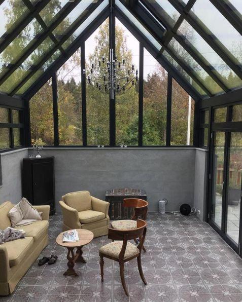 Drømmer du om hagestue? Vi elsker dette vakre rommet. Sjekk de lekre flisene fra Ulfven som er brukt på gulvet 😍
