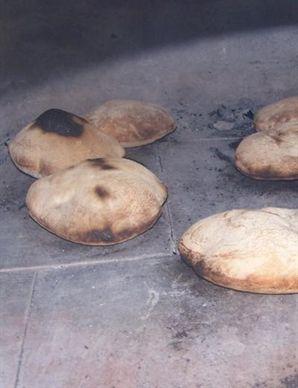 des fouées sur la sole du four à pain qui est à 300°