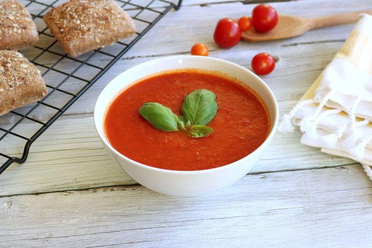 Enkel oppskrift på hjemmelaget tomatsuppe fra bunnen, laget med hermetiske tomater. Smaker deilig og ferdig på bare 20 minutter.