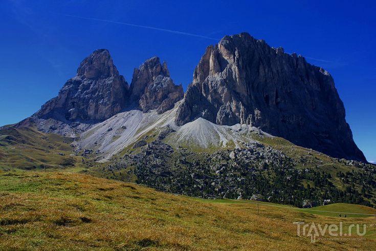 Доломитовые Альпы / Италия В северо-восточной части Италии Альпы становятся Доломитовыми. Этот горный массив состоит преимущественно из цветного камня доломита и известняка, которые образуют почти вертикальные склоны и причудливые вершины, подпирющие небо. В основании гор, поросшие сосновыми лесами склоны и зеленые луга. Самая высокая вершина в Доломитах - гора Мармолада (3 343 метра).