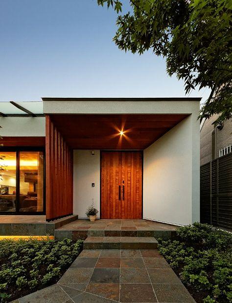 開放的な玄関ポーチ(『garden house with garage』〜ガレージ・庭・ホームシアター!趣味を最大限楽しめる住宅〜)…