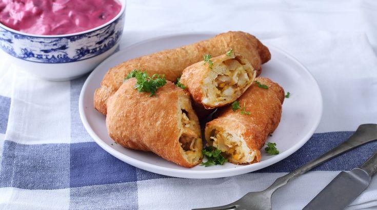 Pirogot többféle tésztából is süthetünk, készíthetjük olajban vagy sütőben. Ez most egy burgonyás tésztájú, káposztás-csirkés töltelékkel ízesített, olajban sült verzió.
