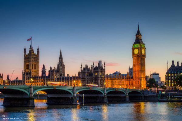 「イギリス」に関する記事一覧。(1 / 2)大都市ロンドンを首都に持ち、優雅な英国文化を誇るイギリス。 首都ロンドンは最先端を伝えるファッショナブルな街でありながら、バッキンガム宮殿やビッグ・ベン、セント・ポール大聖堂などの世界遺産と英国王室の伝統を残す、深い歴史の地でもあります。 郊外には美しい自然が楽しめる湖水地方や学園都市ケンブリッジ、幽霊伝説の残るオールドタウン・エディンバラとそれぞれの都市で違った魅力が楽しめます。|旅のアイティア・マガジン「wondertrip」