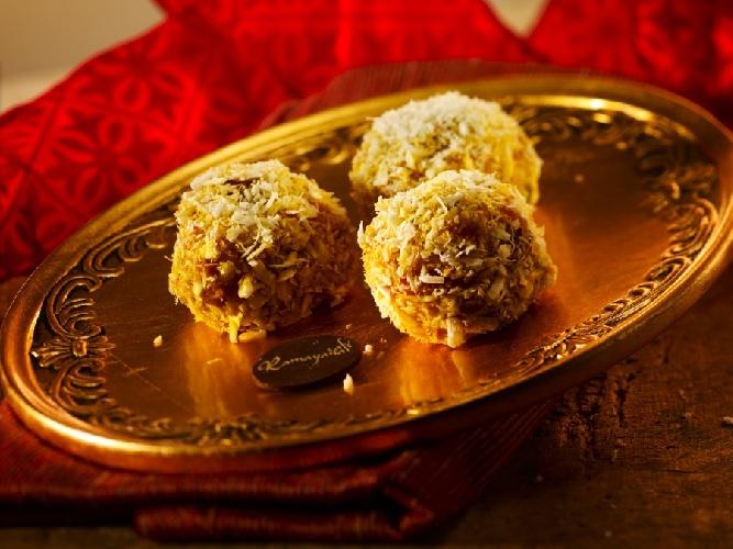 Karot Ka Halva - o delicioasa prajitura indiana cu morcov cu caju, migdale si mirodenii indiene, invartit in nuca de cocos. Se topeste in gura!