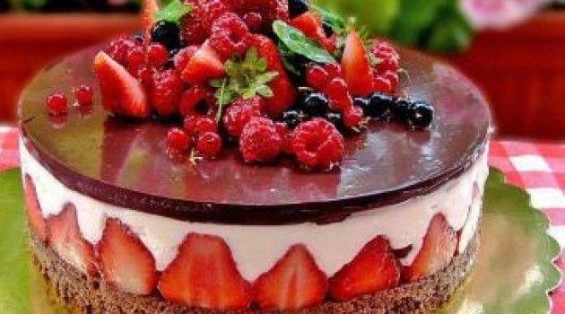 – 1 adet kakaolu pasta tabanı Kreması İçin; – 600 ml süt – 2 yemek kaşığı un – 2 yemek kaşığı nişasta – 150 gram bitter çikolata – 2 adet yumurta sarısı – 23 su bardağı şeker – 2-3 adet damla sakızı – 125 gram tereyağı – 1 paket vanilya Süt, şeker, nişasta ,un ve damla sakızı karıştırın. Ocakta kıvam alana kadar karıştırın.Mikser ile tereyağı ve vanilya ekleyip 5 dakika kadar çırpın.Ardından eritilen beyaz çikolata ekleyin ve tekrardan çırpın. Kremayı soğumaya bırakın.