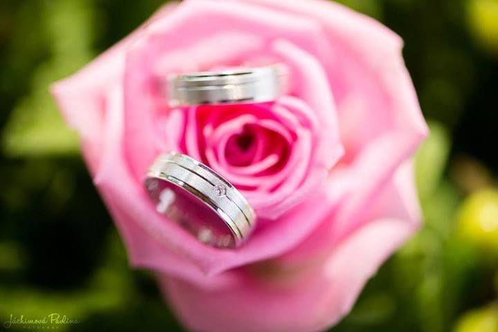 Snubní prsteny už nemusejí být pouze zlaté. Vybočte z řady a pořiďte si prsteny z palladia, které se vyznačují výrazným leskem a zajišťují dlouhotrvající stálobarevnost. Přijďte se přesvědčit do naší prodejny v Praze či Brně.