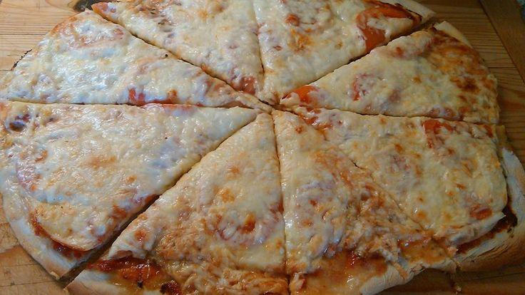 Domácí pizza :) Těsto: 500g hl.mouky 250 ml.vlažné vody Lžíce soli Lžíce olivového.oleje Kostka kvasnic