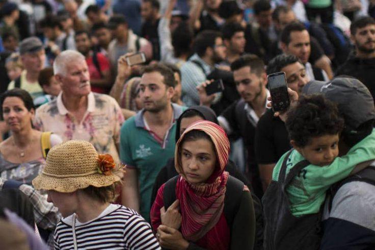 Uma crise sem precedentes. Dezenas de refugiados se misturam aos turistas na Ilha de Kos, Grécia. A maioria destes refugiados chega ao país pela Turquia.  Fotografia: Dan Kitwood / Getty Images.  http://exame.abril.com.br/mundo/17-fotos-emocionantes-de-refugiados-chegando-a-europa/?ocid=sp