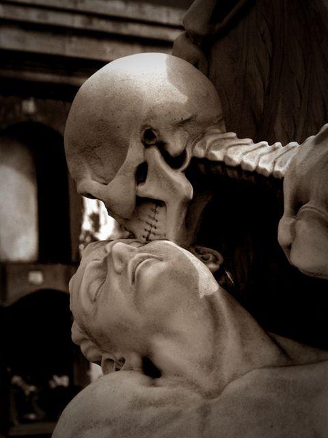 El Beso de la Muerte (The Kiss of Death ) | POBLENOU CEMETERY/ One of the most beautiful cemeteries in Barcelona