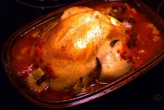 Schlemmertopf - Kyckling i lergryta. Bästa enkellagade maten man kan göra. Lägg en lergryta (römertopf/schlemmertopf/romargryta) i blöt. Salta och peppra en kyckling och kör in en citron, som du pickat med en gaffel, i skrovet. Lägg kycklingen i grytan och häll över en burk krossade tomater. Sätt in grytan i kall ugn som du sätter på 250°. Efter 75 minuter är det klart (om kycklingen är på 1,2-1,3 kilo). Servera med ris och sallad.