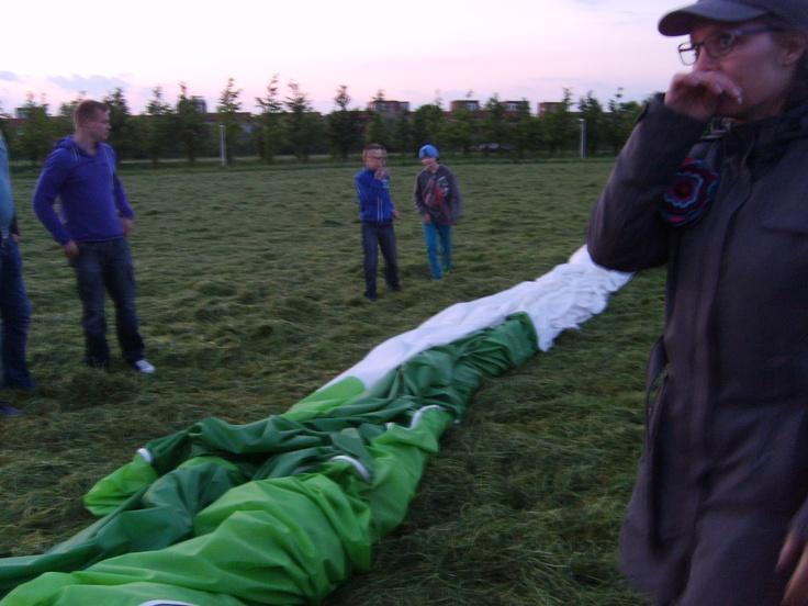 Ballon was snel weer opgepakt en uiteindelijk ingepakt... brrr wat was het ineens koud op de grond... en wat werd het ook al snel donker!