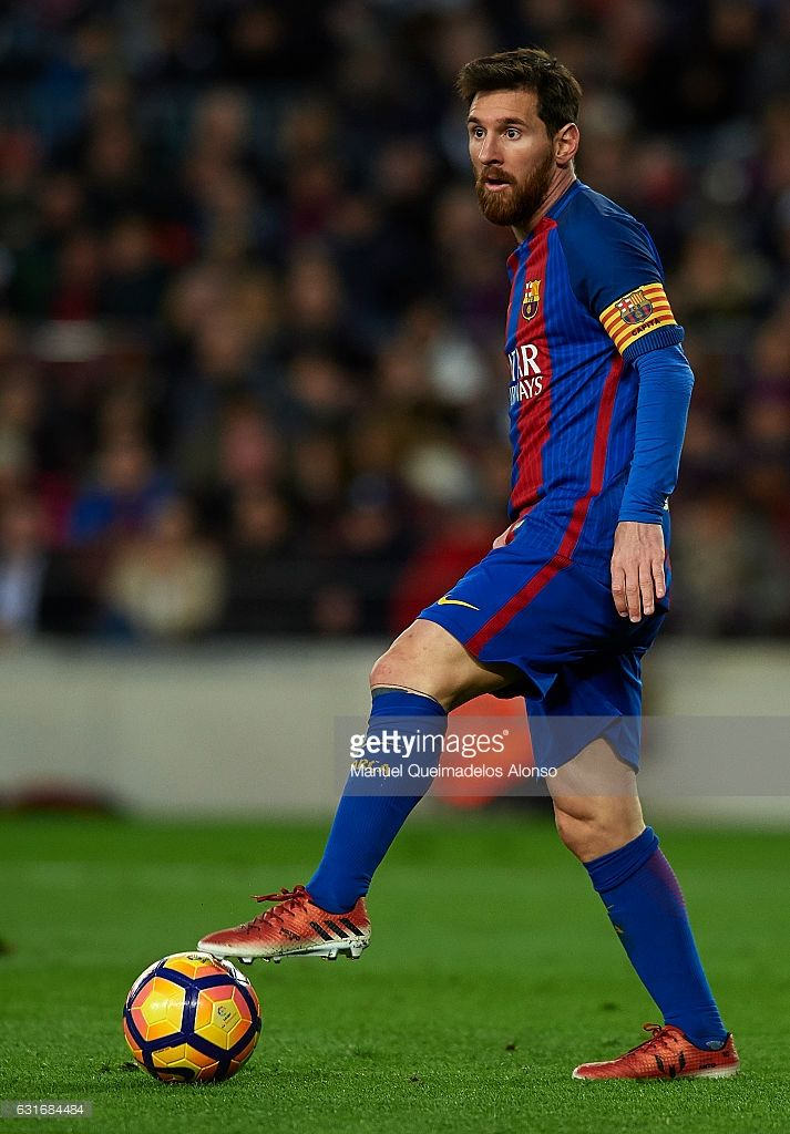 Lionel Messi of Barcelona controls the ball during the La Liga match between FC Barcelona and UD Las Palmas at Camp Nou Stadium on January 14, 2017 in Barcelona, Spain.