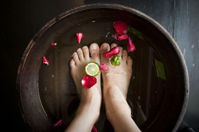 Unangenehmen Fußgeruch bekämpfen mit diesen Hausmitteln gegen Schweißfüsse. Hier finden Sie die besten Tipps zum Vorbeugen und Bekämpfen von schwitzenden und stinkenden Füßen.