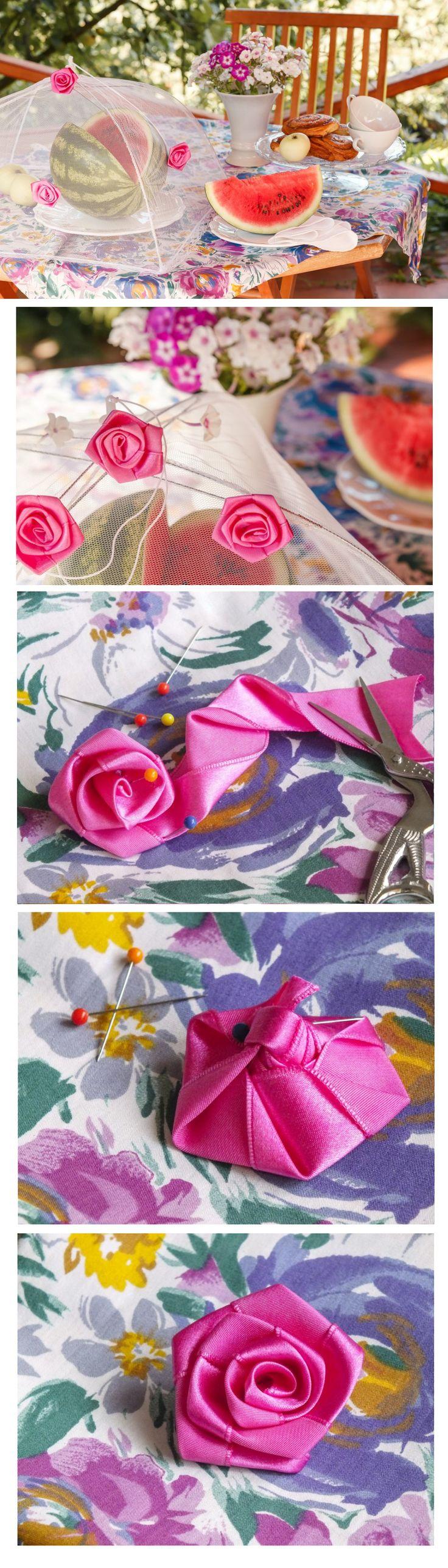 Vyrobit růži ze stuh se vám může hodit při různých příležitostech, například jako ozdoby na šaty nebo do vlasů. My jsme jimi ozdobili poklop z jemné síťoviny, který se dá snadno složit a sbalit klidně na piknik.