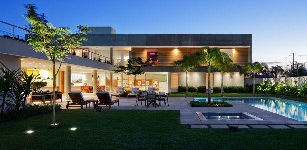 À primeira vista, as dimensões generosas desta residência podem dar a impressão de um lar permanente para uma família numerosa. Entretanto, trata-se de uma casa de fim de semana situada na cidade de Araraquara (SP), te