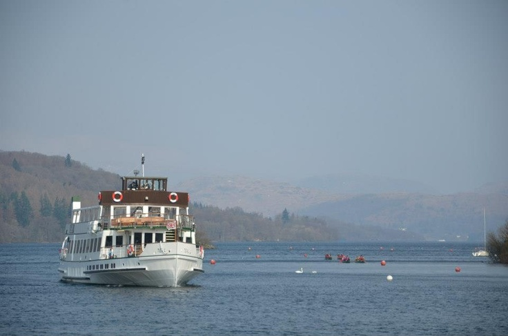 Cruising boat & kayaks @ Lake Windermere, Lake District, Cumbria (UK)