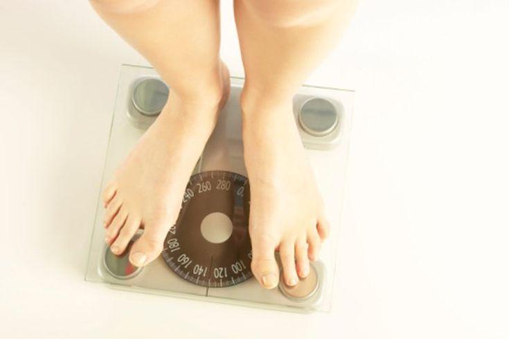 ¿Por qué es más difícil perder peso al envejecer?. No es un mito que perder peso es más difícil conforme envejeces. Las mujeres que tienen bebés a una edad mayor tardan más para bajar el peso ganado durante el embarazo. Sin embargo, para las personas que tratan de perder unas libras después de los ...