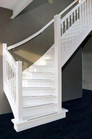 Mooie wit afgewerkte trap voor in hal.