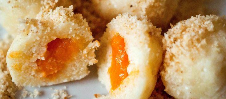 Meruňkové knedlíky se smaženou strouhankou