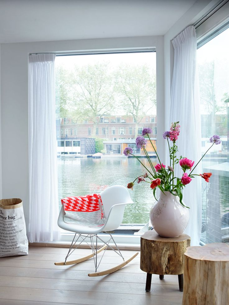 Avec une vue comme cela... j'adore la chaise Eiffel et les tabourets/tables.