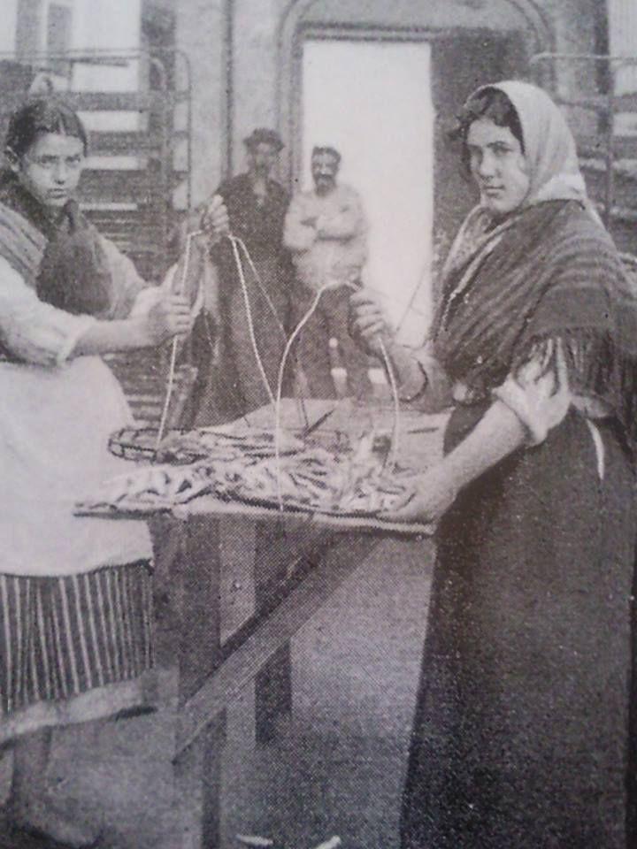 """Cambados - 1896 - Traballadoras no salazón - Foto do libro """" Galicia o oficio de vivir """""""
