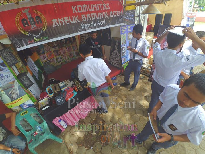 Edukasi Seni - Para siswa sekolah mengumpulkan inspirasi seni di stand-stand pameran seni Piasan Seni Banda Aceh 2015 #piasanseni - Piasan Seni Banda Aceh 2015 http://on.fb.me/1ifHj8G Get more on Piasan Seni Facebook FanPage http://on.fb.me/1Ffi7K1 ============== OFFICIAL UPDATES ABOUT PIASAN SENI BANDA ACEH 2015 ------------------------ www.piasanseni.org info@piasanseni.org (mail) @piasanseni (twitter/Instagram/tumblr/Pinterest) 58780415  C002DE7E3 (BBM) Piasan Seni Banda Aceh 2015…