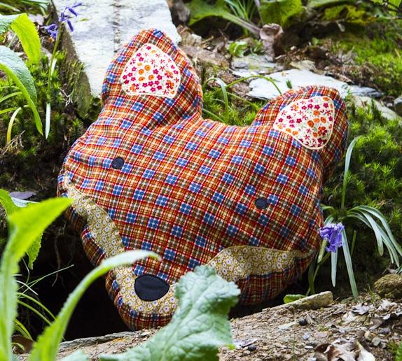 Grand coussin tête de renard / Sass & Belle - tartan et empiècements de tissus à motifs fleuris, 36x28 cm, déhoussable / #coussin #renard #tartan http://www.sassandbelle.co.uk/