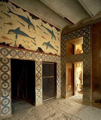МЕГАРОН ЦАРИЦЫ украшают цветные фрески с изображением играющих дельфинов.