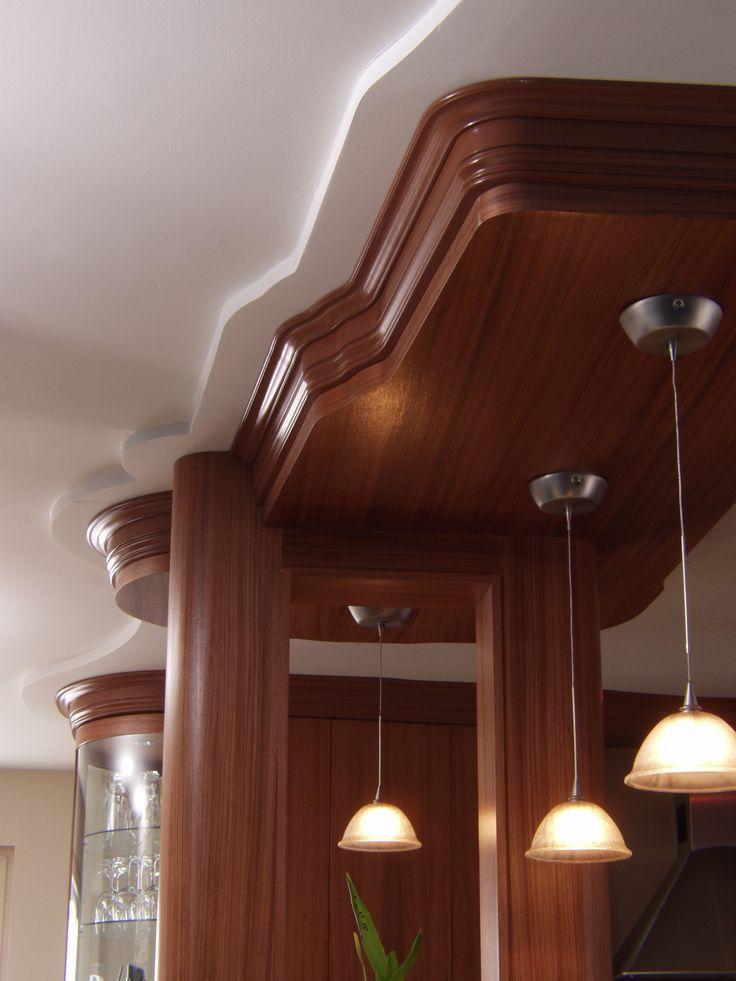 Les retombées de plafond permettent d'ornementer l'architecture intérieure de la résidence. http://cuisinelucas.com/portfolio/armoire-de-cuisine-modele-la-source/gallery/cuisines/