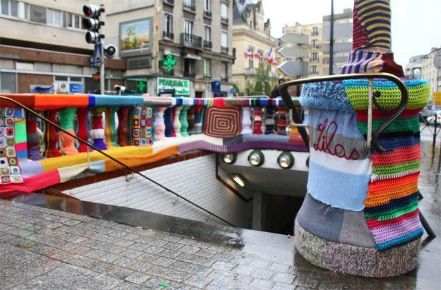 La station Mairie des Lilas entièrement recouverte de tricot urbain : golem13