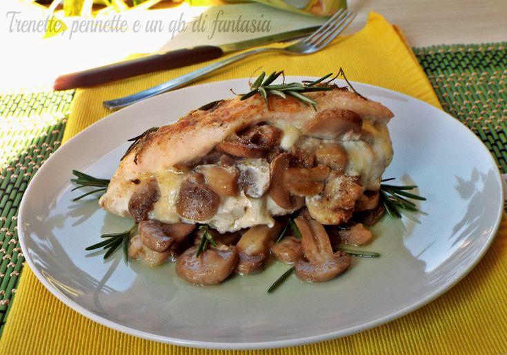 Il petto di pollo farcito con funghi e mozzarella è un secondo che vi farà leccare i baffi, pochi ingredienti per una riuscita davvero ottima.